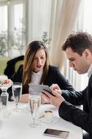Frau und Mann auf einem Geschäftsessen in einem Restaurant foto