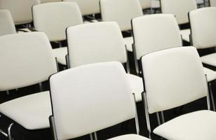 Stühle in einem Konferenzsaal foto