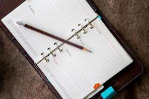 Tagebuch auf einem Holztisch foto