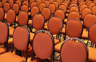offene Sitzplätze in einem Auditorium foto