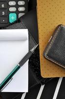 Stift auf Notizblock auf schwarzes Notizbuch gelegt foto