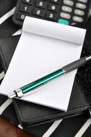 Stift auf Notizblock foto
