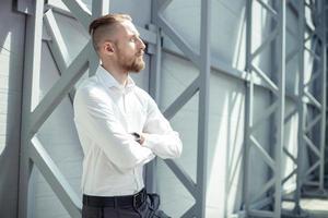 Der hübsche junge Geschäftsmann hat ein Treffen mit seinem Kunden foto