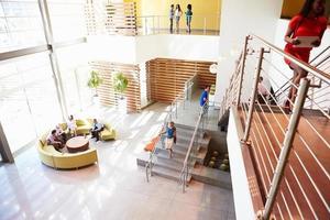 Empfangsbereich des modernen Bürogebäudes mit Menschen foto