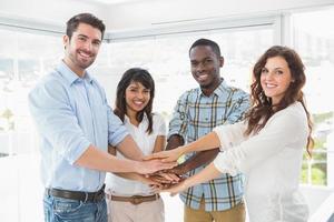 glückliche Mitarbeiter, die Hände in einem Kreis verbinden foto