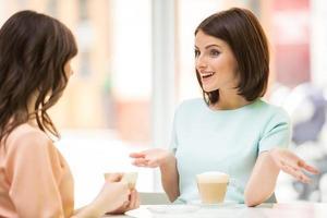 Mädchen im städtischen Café
