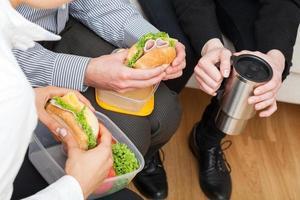 Kollegen essen gesund zu Mittag foto