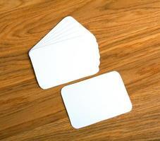 leere Visitenkarten auf einem hölzernen Hintergrund foto