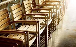 Stuhlreihe im Sonnenlicht foto