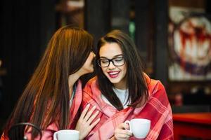 zwei junge und schöne Mädchen klatschen foto