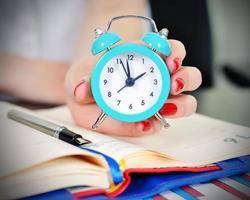 Frauen halten Uhr