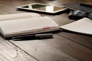 Öffnen Sie das Notizbuch auf dem Bürotisch foto