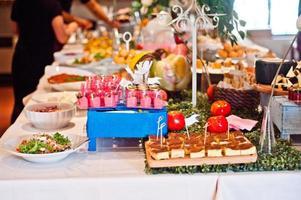 Tisch für Buffet gedeckt foto