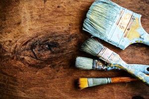 Schmutzpinsel auf altem Holzhintergrund mit Kopienraum foto