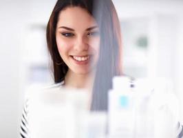 schöne junge Frau im Laden foto