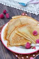hausgemachte Pfannkuchen mit Beeren auf einem Teller foto