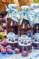 Flaschen mit würziger Pflaumensauce foto