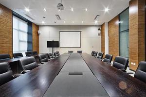 Innenraum und Dekoration des modernen Büro-Besprechungsraums foto