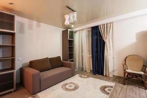 Zimmer mit beruhigenden Farben, gemütlicher Atmosphäre foto