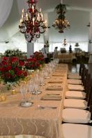 ein schicker Tisch bei einem Hochzeitsempfang foto