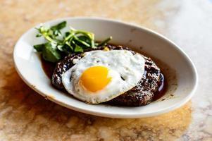 Teller mit Ei und Rib-Eye-Steak foto