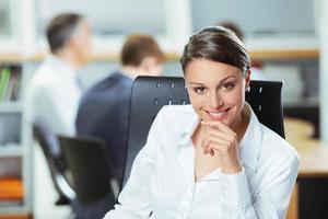 lächelnde junge Geschäftsfrau foto