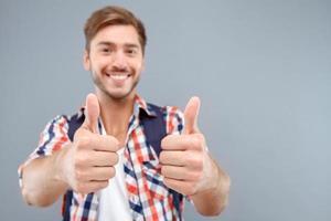 glücklicher Schüler, der Gefühle ausdrückt foto