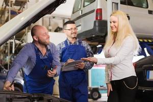 Service-Crew und glücklicher Fahrer foto