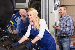 lächelnde Service-Crew und Fahrer foto