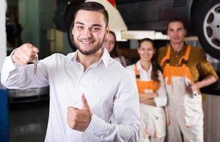 Mechaniker und zufriedener Kunde foto