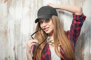 hübsche Hipsterfrau mit Hut und Brille foto