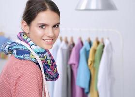 moderner junger Modedesigner, der im Studio arbeitet. foto