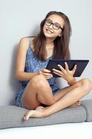Teenager-Mädchen mit Tablette. foto