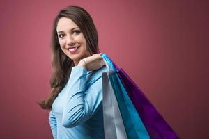 glückliche Frau einkaufen foto
