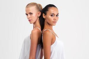 Porträt von zwei hübschen Mädchen, die Kamera betrachten foto