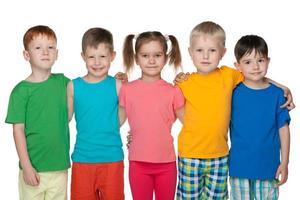 Gruppe von fünf glücklichen Kindern foto