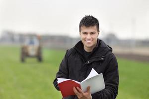 glücklicher Bauer auf dem Feld foto