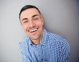 Porträt eines lächelnden Mannes, der Kamera betrachtet foto