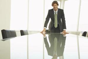 glücklicher Geschäftsmann am Konferenztisch