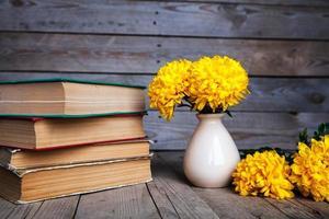 Blumen. schöne gelbe Chrysantheme in einer Vintage Vase. foto