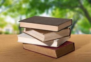 Buch. ein Stapel Bücher mit Bibliothek auf der Rückseite