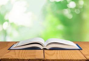 zurück. offenes Buch