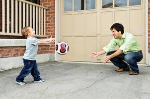 Vater und Sohn spielen Fußball foto