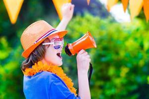 niederländischer Fußballfan, kleiner lustiger Junge jubelt foto