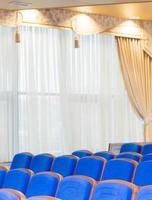 Konferenzsaal mit blauen Sitzen foto