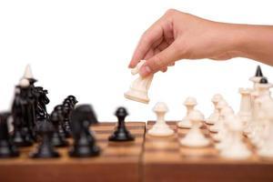 Nahaufnahme von Schach und weiblicher Hand foto