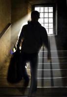 Mann im Treppenhaus foto