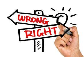 richtige oder falsche Wegweiserhandzeichnung auf Whiteboard