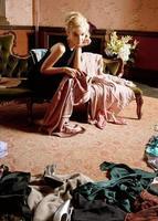 schöne Frau, Ankleidezimmer, Kleidung verstreut foto