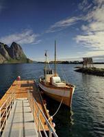 malerischer Fischereihafen in der Stadt Henningsvaer foto
